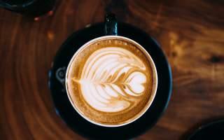 coffee-flatlay-ice-coffee-iced-latte-art-wood-dark-black-cups-mugs